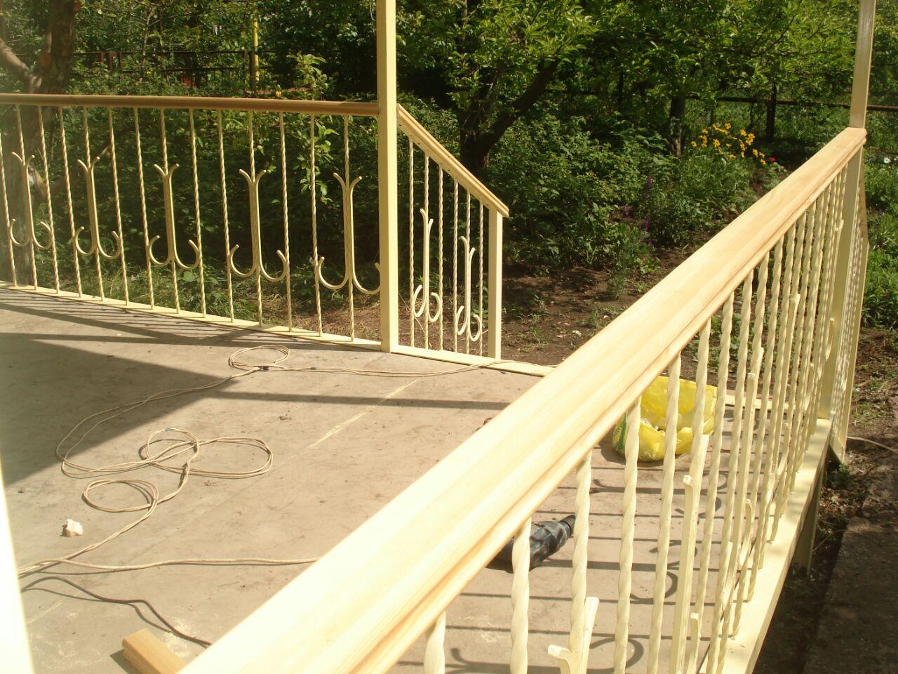 перила и ограждения на балконе
