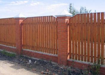 забор из дерева с установкой