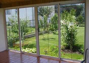 окан с большими стёклами
